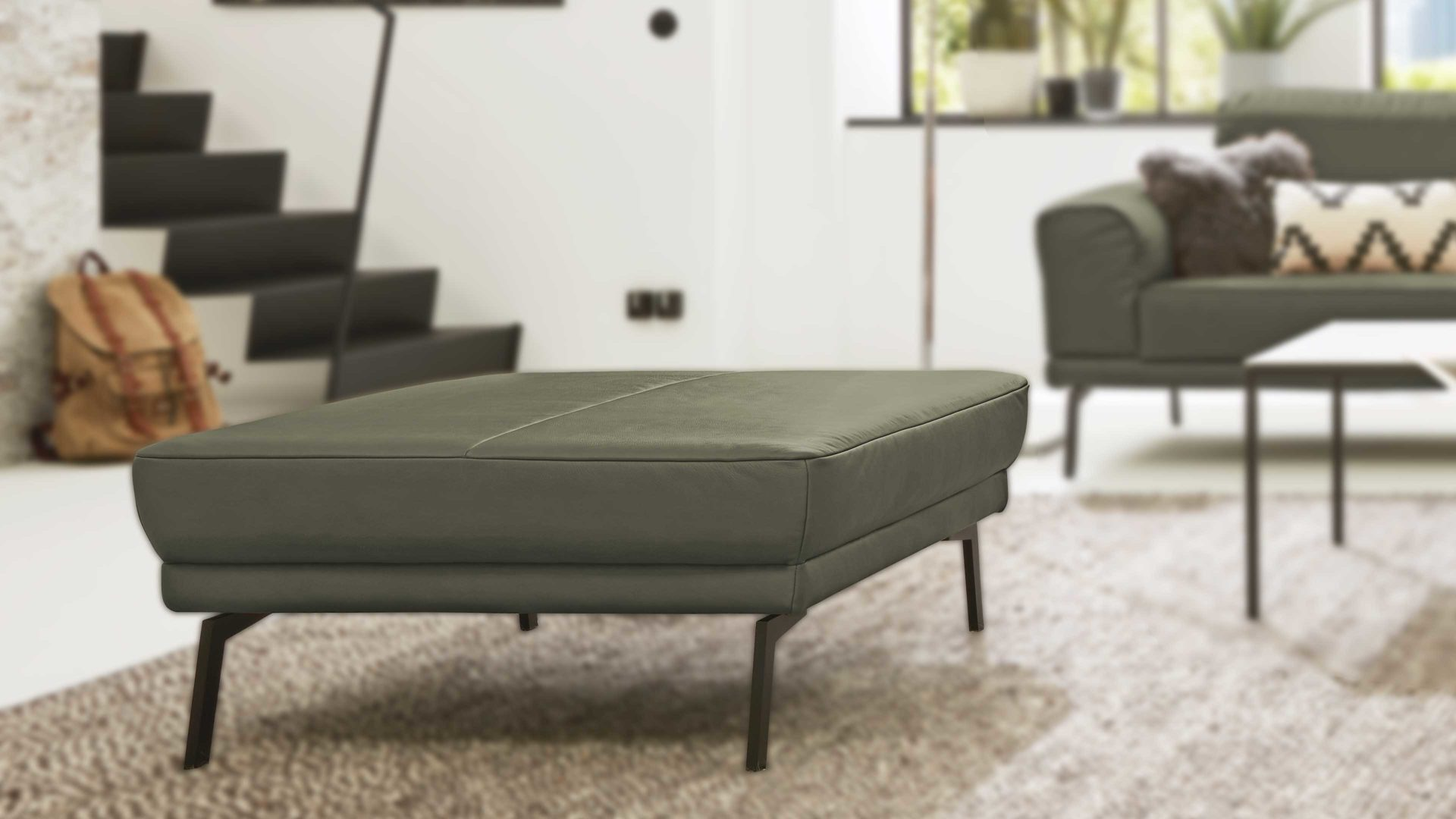 Hocker Interliving aus Leder in Grün Interliving Sofa Serie 4102 – Hocker olivfarbenes Leder Mercury & schwarze Metallfüße - ca. 91 x 91 cm