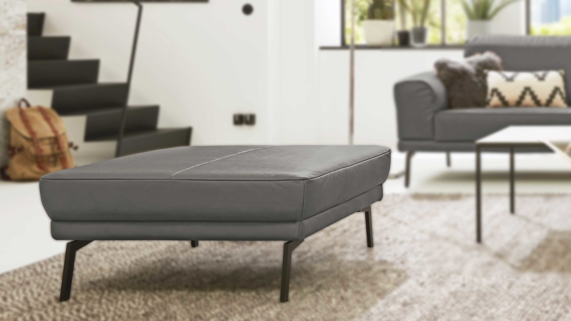 Polsterhocker Interliving aus Stoff in Grau Interliving Sofa Serie 4102 – Hocker fangofarbenes Leder Mercury & Metallfüße - ca. 91 x 91 cm